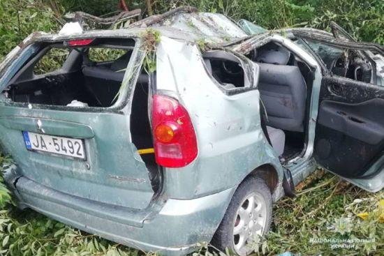 На Львівщині автомобіль з чотирма іноземцями вилетів з мосту і перекинувся
