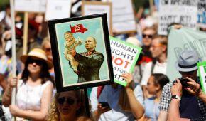 Переговори Трампа й Путіна. Обох президентів зустрічають масовими протестами