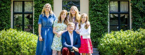 З посмішками та на красивій локації: королівська сім'я Нідерландів постала в новій літній фотосесії