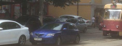 В Киеве на Подоле ДТП парализовало движение трамваев