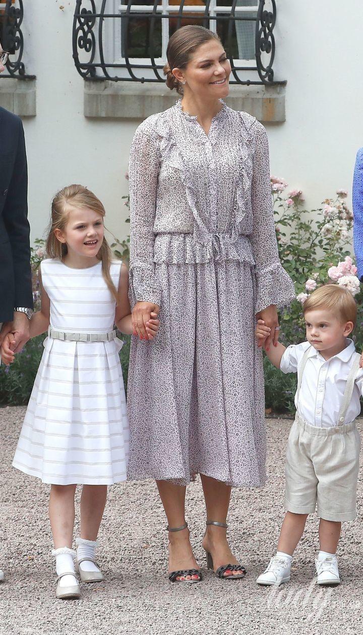 В платье с рюшами: именинница кронпринцесса Виктория посетила праздничный концерт в Соллидене