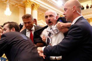 З прес-конференції Трампа та Путіна викинули одинокого протестувальника