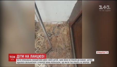 На Прикарпатье мать регулярно сажала своих детей на цепи и покидала дом