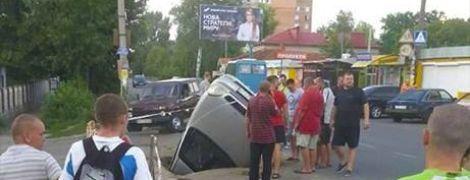 В Полтаве автомобиль упал в яму на дороге