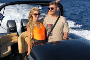 У яскравому купальнику і прозорій спідниці: Періс Гілтон з бойфрендом відпочиває у Греції
