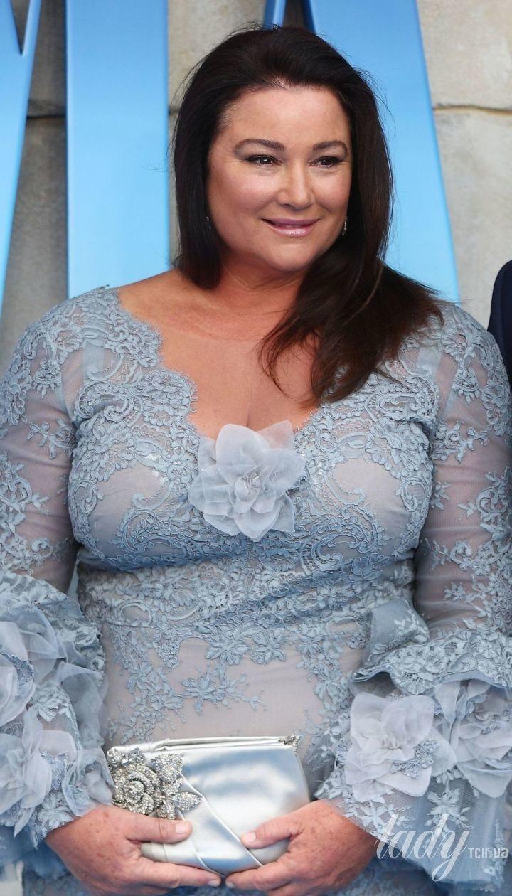 Без комплексов: жена Пирса Броснана вышла в свет в коротком платье со смелым декольте