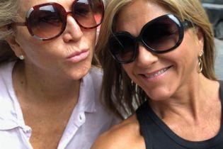 В майці і шльопанцях без підборів: Дженніфер Еністон гуляє по Монреалю