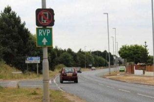 В Англии дорожные знаки научили следить за водителями