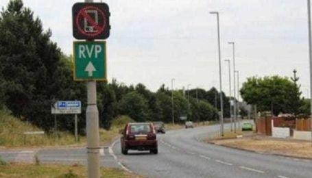В Англії дорожні знаки навчили стежити за водіями