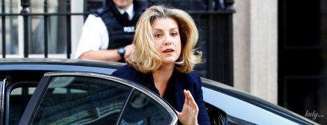 У строгій сукні і з крокодилячою сумкою: діловий образ міністра міжнародного розвитку Великої Британії