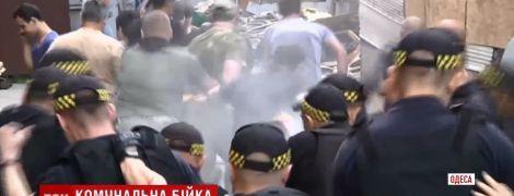 В Днепре владельцы МАФов вышли против экскаваторов с бифштексом, яйцами и зеленкой