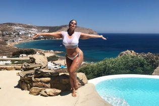 В белом бикини и прозрачном топе: фигуристая Эшли Грэм поделилась снимками с отдыха