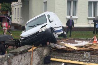 У центрі Полтави авто вилетіло з дороги і, зробивши сальто, впало на ремонтника пішохідного переходу
