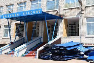 На Луганщині буревій зірвав дах з гімназії, а дощі затопили клас з новим ремонтом за 13 тисяч