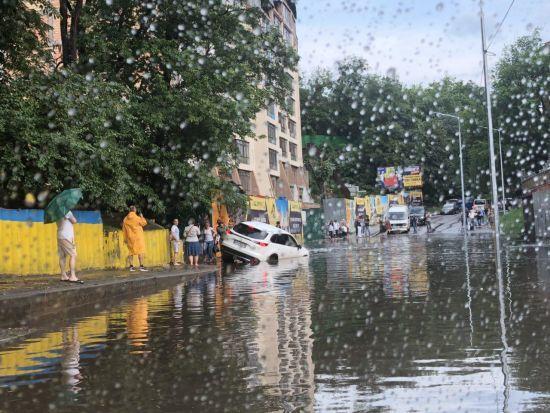 Після потужної зливи Київ перетворився на суцільну калюжу: людям ніяк пройти, топляться автомобілі