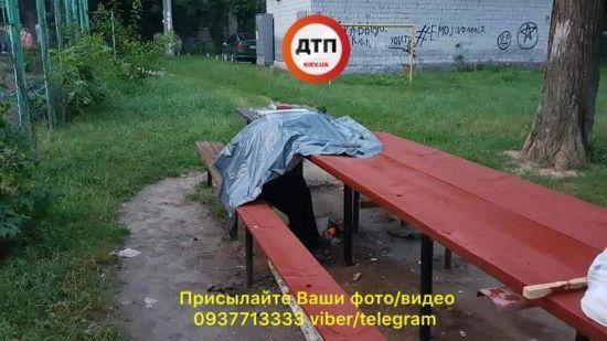 Смертельна НС: у Києві раптово на лавці помер чоловік