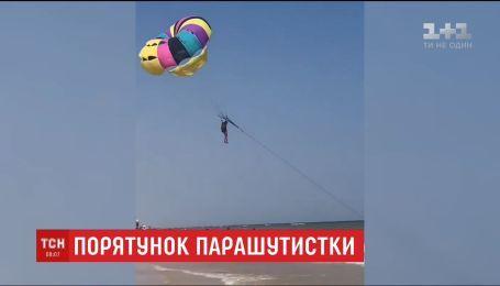 В Кирилловке отдыхающие спасли девушку, которую шторм застал во время полета над морем