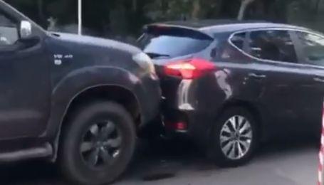 В Киеве на Трухановом острове водитель Toyota освобождал себе путь, расталкивая автомобили