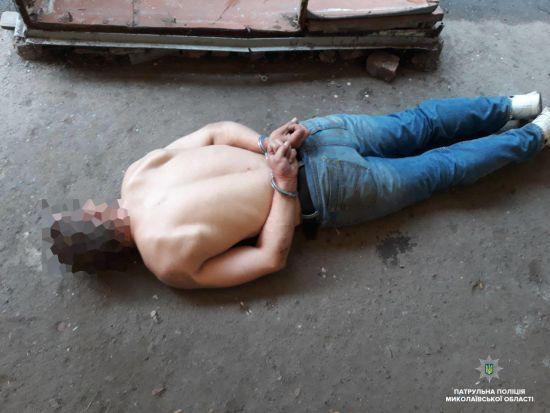 У Миколаєві чоловік з ножем чіплявся до людей, а під час затримання вдавав хворого