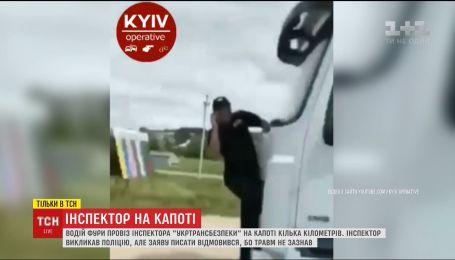 В Черновцах фура сбила инспектора и повезла его на капоте