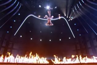 """Акробатка сорвалась с высоты в огонь на шоу """"America's Got Talent"""""""