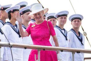 У сукні кольору фуксії та з бабкою на грудях: 78-річна королева Маргрете II вразила своїм літнім образом