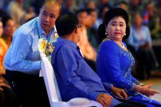 З перловими прикрасами і червоним манікюром: дружина прем'єр-міністра Камбоджі на урочистому заході