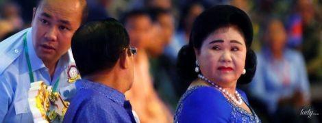 С жемчужными украшениями и красным маникюром: жена премьер-министра Камбоджи на торжественном мероприятии