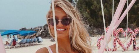 """Відпочиває на Бермудах: """"ангел"""" Ромі Стрідж в купальнику ніжиться на пляжі"""