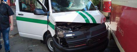 В Киеве инкассаторы протаранили трамвай