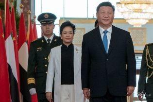 Виглядає стильно: перша леді Китаю одягла білий костюм на офіційну зустріч