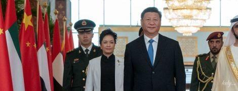 Выглядит стильно: первая леди Китая надела белый костюм на официальную встречу