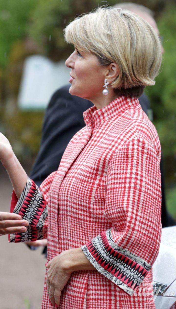 Министр иностранных дел Австралии пришла на встречу в пальто в клетку и красивых серьгах