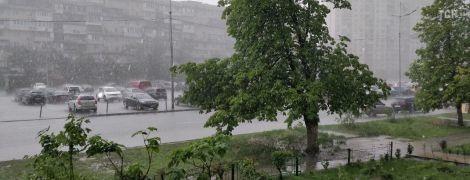 """Після дощу в Києві паралізувало рух на """"Лівобережній"""": перехожі фотографувалися, машини губили у воді номери"""