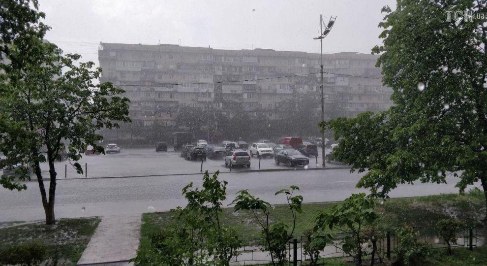 Потужна злива у столиці: автівки плавають затопленими вулицями