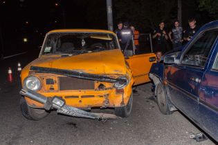 """В Днепре пьяные мужчины на ВАЗ протаранили """"Славуту"""", убегая от полиции"""