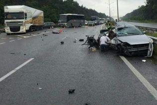 На Киевщине легковушка на скорости влетела в грузовик, погибли женщина и ребенок
