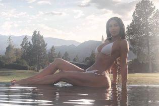 В белом дешевом бикини: Ким Кардашьян откровенно позировала на пляже