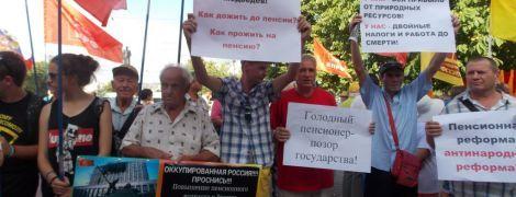 """""""Політика геноциду"""": в окупованому Криму вийшли на мітинги проти російської пенсійної реформи"""