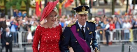 В алом платье и с ярким макияжем: эффектная королева Матильда с мужем и детьми посетила праздничное мероприятие