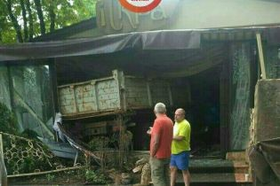 В Киеве грузовик на скорости влетел в кафе