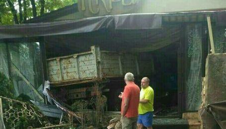 У Києві вантажівка на швидкості влетіла у кафе
