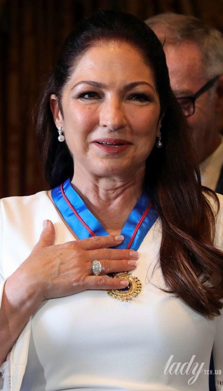 60-летняя латиноамериканская певица в обтягивающем платье с декольте получила награду