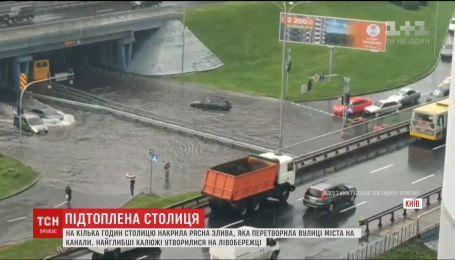 Мощный ливень превратил улицы столицы на реки