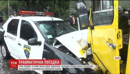 Во Львове автомобиль службы охраны протаранил автобус с пассажирами