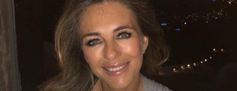 53-летняя Элизабет Херли в розовом бикини похвасталась сексуальным декольте