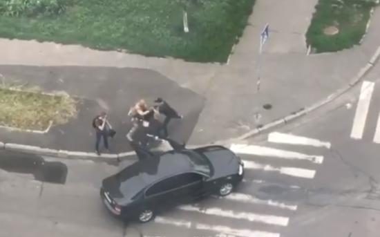 У Мережі з'явилося відео затримання чоловіка у Києві: правоохоронці не коментують