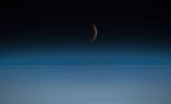 """Астронавт показав зроблені з космосу видовищні фото """"кривавого затемнення"""""""