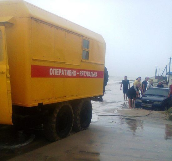 На узбережжі Азовського моря врятували 86 людей, які застрягли через сильний вітер та зливу