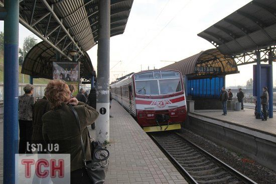 У Києві вандали зупинили електричку і закидали її камінням: є постраждалі